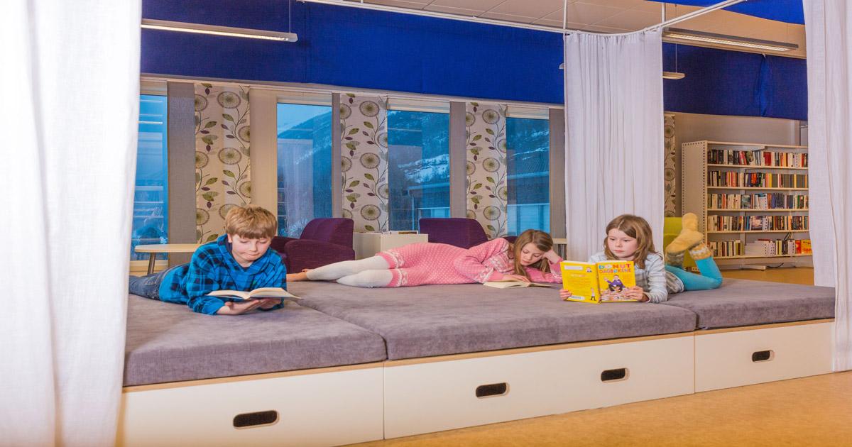 Barn som leser i Gratangen bibliotek